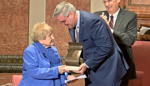 Eva Mozes Kor received the Sachem Award from Governor Eric Holcomb in 2017.
