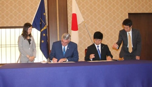 Holcomb (seated, left) and Kazuyuki Nakane, Japan's State Minister of Foreign Affairs, sign the memorandum. (photo courtesy Indiana Economic Development Corp.)