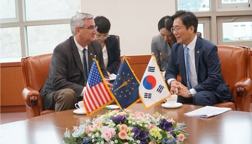Gov. Holcomb discusses trade opportunities with South Korea Trade Minister Sung Yun-mo. (courtesy: IEDC)
